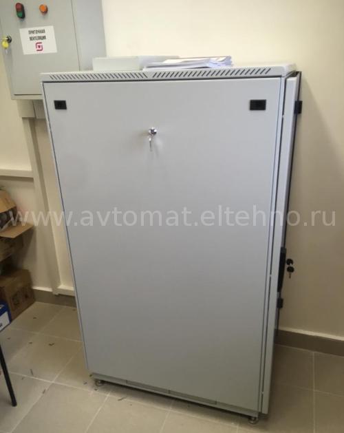 Шкаф системы дымоудаления для системы пожаробезопасности, вид с боку